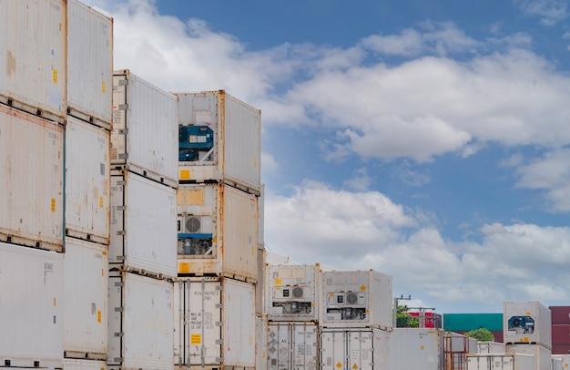 Контейнерная логистика. рефрижератор для отгрузки замороженных продуктов. рефрижераторный контейнер для экспортной логистики. грузовой транспорт. логистическая промышленность. контейнер для автомобильного транспорта. контейнерный кризис. холодильник.