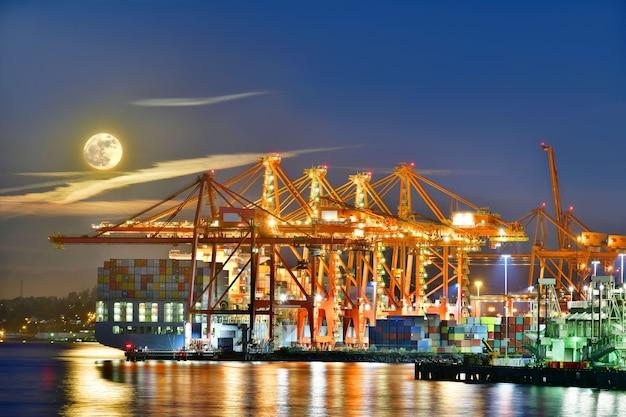 황혼에 밴쿠버 bc 캐나다의 컨테이너 항구 터미널