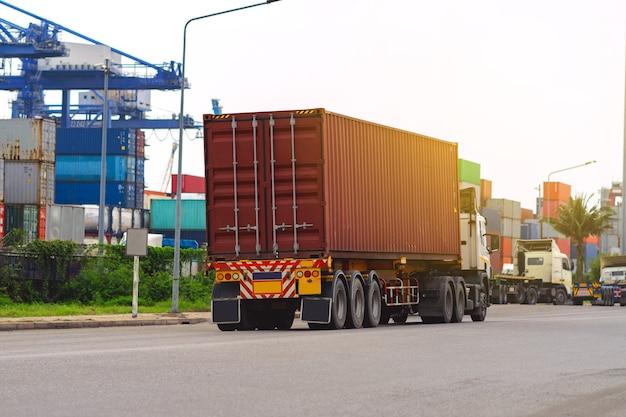 선박 항구에 컨테이너 빨간 트럭 logistics.transportation 산업 항구 비즈니스 concept.import, 수출 물류 산업 운송 육상 운송화물 창고 storge