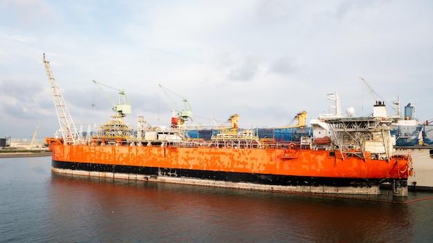 태국에서 수리 유지 보수를 위해 조선소에서 컨테이너 선박
