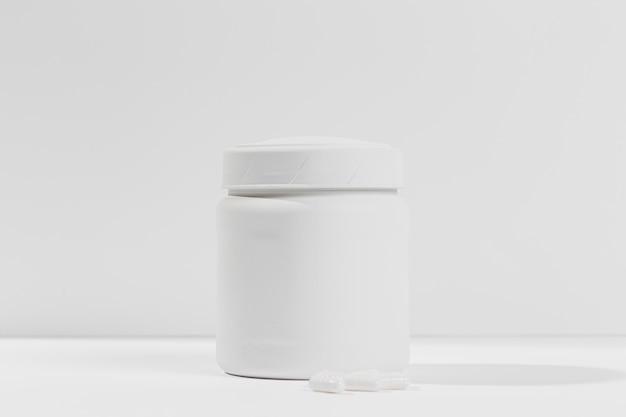 Contenitore sul tavolo con supplementi di palestra