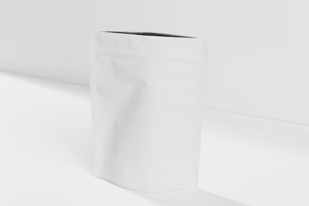 Contenitore con supplementi di polvere da palestra sul tavolo