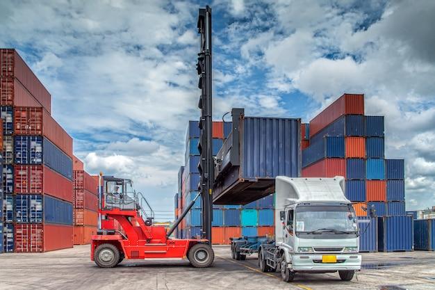 Движение контейнеров в морском порту грузовиком и подъемником