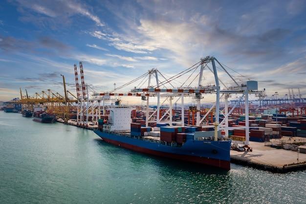 크레인으로 컨테이너 선적 및 선적 항구 물류화물 하역