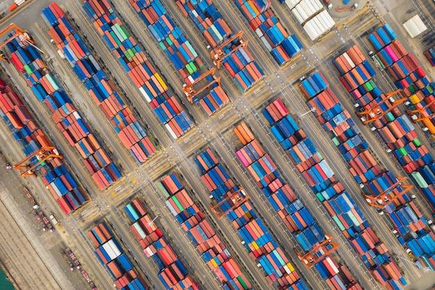 タイのコンテナー倉庫とクレーンの空中のトップビュー