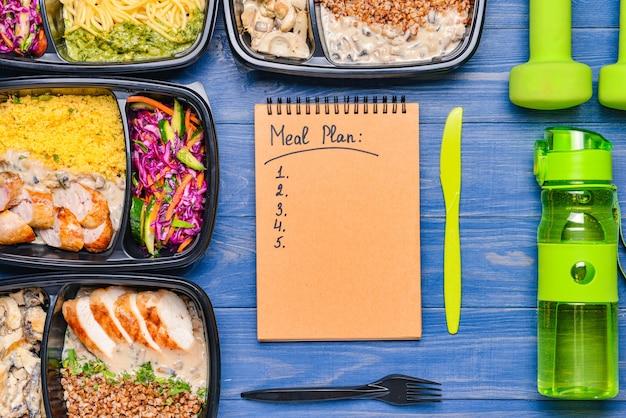 色の健康的な食事と食事の計画が入った容器