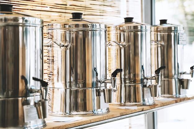 プラスチックフリーストアゼロウェイストショップの天然生分解性家庭用化学物質の入った容器
