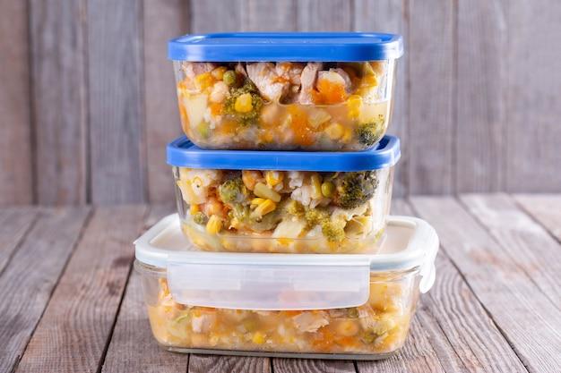 Емкости с готовыми блюдами в контейнерах, готовых к замораживанию для последующего использования. готовы есть.