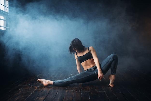 댄스 클래스에서 contemp 댄스 여성 연기자