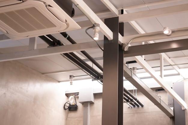 灰色の壁と現代的なアパートのインテリア Premium写真