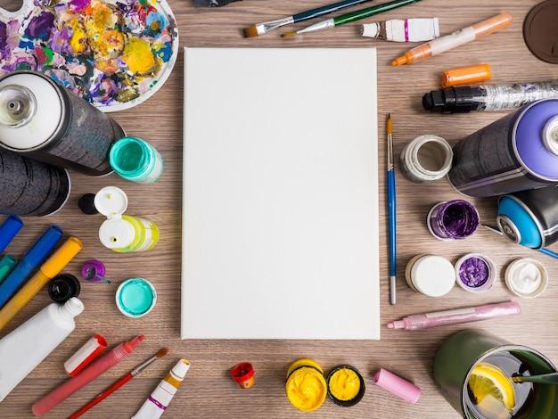 現代アート、空白のキャンバスと各種アクリル絵の具、マーカー、スプレーを備えた高度なアーティストのセット
