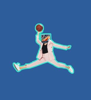 현대 미술 콜라주입니다. 분홍색 옷을 입은 tv를 앞세운 젊은 여성, 파란색 배경에 농구 선수로 점프하는 복장. 텍스트, 디자인, 광고를 위한 공간을 복사합니다. 정사각형 구성입니다.
