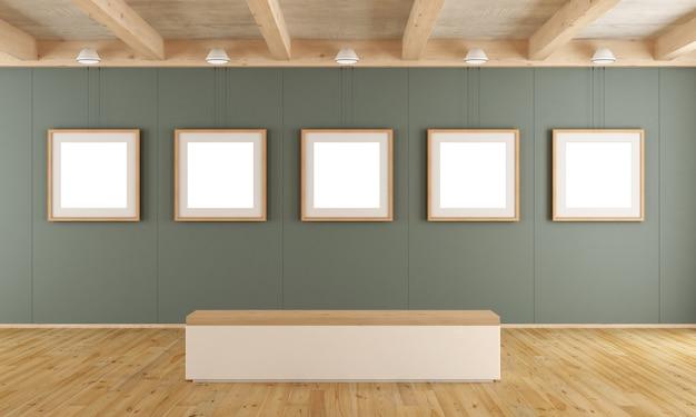 緑のパネル、空白のフレーム、ベンチのある現代アートギャラリー