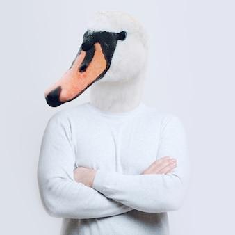 Концепция коллажа современного искусства. портрет человека с головой лебедя на белом фоне.