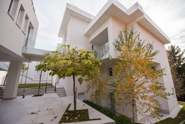 現代的な美しいモダンな白い家の外観