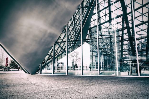 유리 외관을 가진 현대 건물
