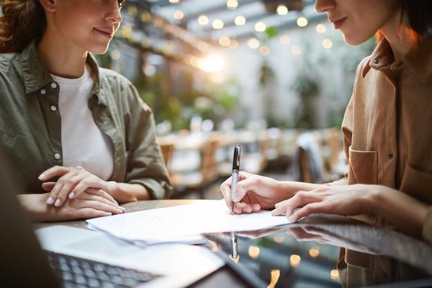 Современные деловые женщины на встрече