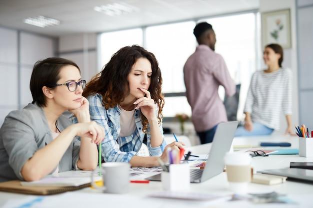 Современные деловые женщины на работе