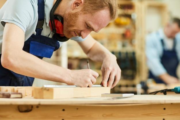 Современный плотник в магазине
