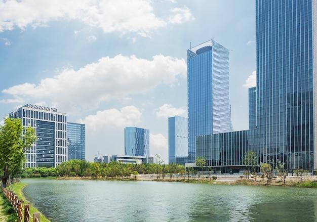 Città contemporanea con un lago
