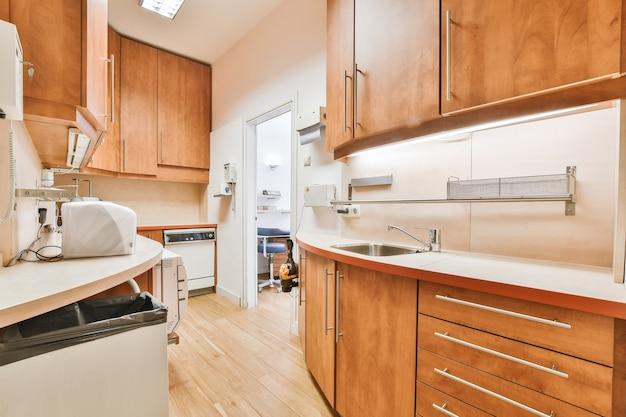 Современные шкафы и прилавки с бытовой техникой расположены у порога маленькой кухни.