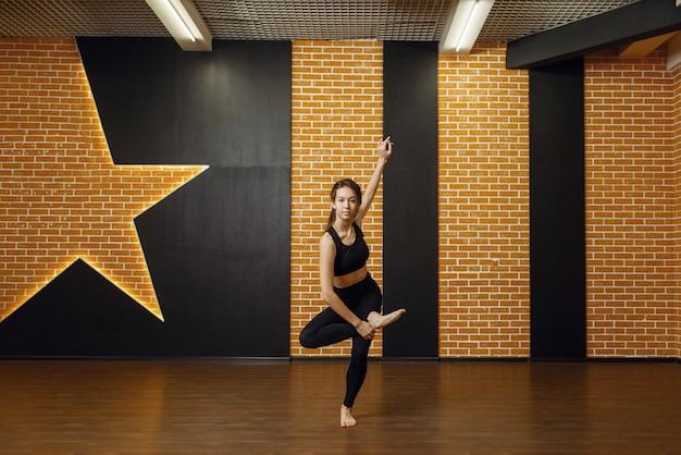 コンテンポラリーダンスパフォーマー、スタジオの女性