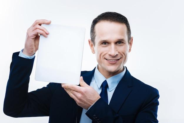 현대 장치. 미소하고 당신에게 그것을 보여주는 동안 태블릿을 들고 행복 스마트 즐거운 사업가