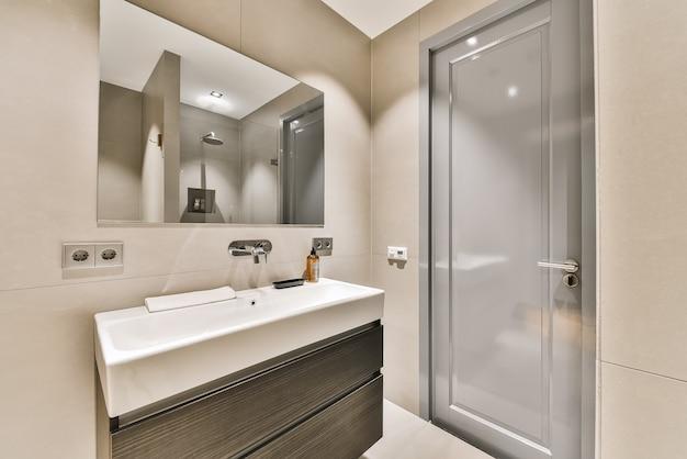 Современный интерьер ванной комнаты с серой керамической раковиной