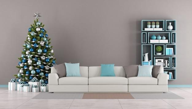 Современная гостиная с елкой, диваном и книжным шкафом на стене