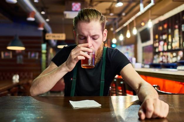 Современный человек напивается в баре