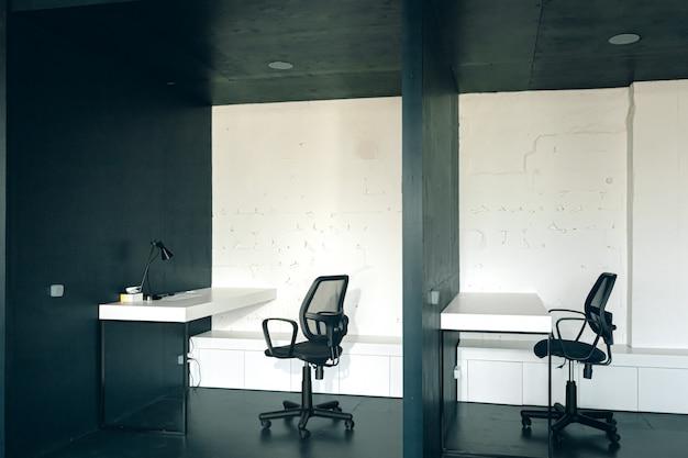 家具付きの現代的なオフィスインテリア