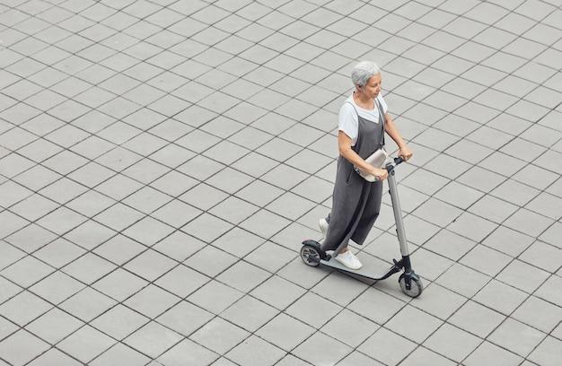 Современная женщина на скутере для пожилых людей
