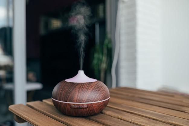 水蒸気を放出するテーブル上の現代的なスマート加湿器