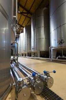 Современные стеблевые бочки в винном заводе
