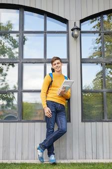 屋外でポーズ現代の学生
