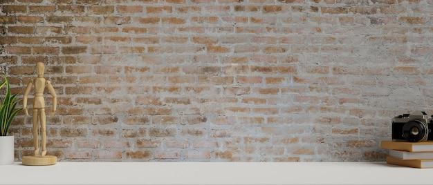 Современное рабочее пространство с деревянной фигуркой и кирпичной стеной с 3d-рендерингом