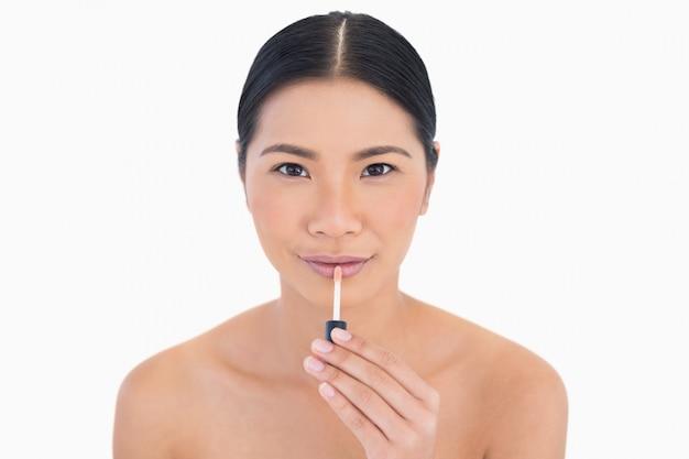 Контент красивая модель с блеском для губ