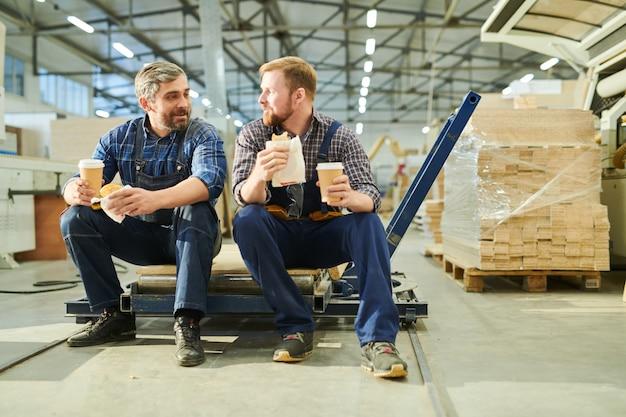 공장 상점에서 커피를 마시는 작업복의 내용 동료