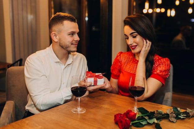 カフェで素敵なデートを持つコンテンツカップル