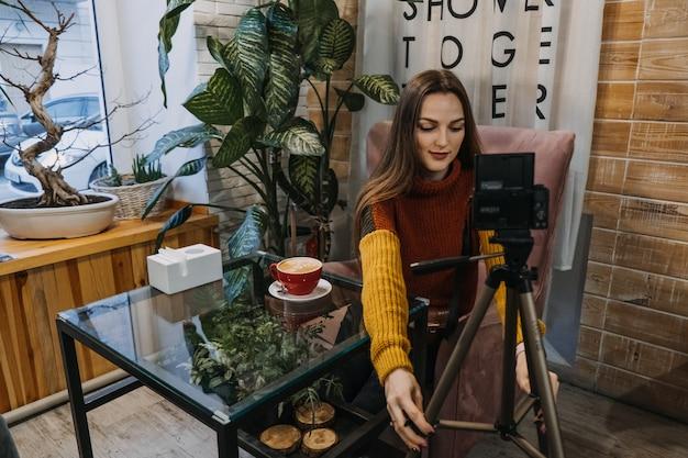 콘텐츠 제작자 블로거 블로거 카페나 집에서 녹화 장비 설정 및 동영상 촬영