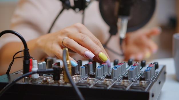 더 나은 팟캐스트를 위해 dj 믹서에서 사운드를 확인하는 콘텐츠 제작자. 창의적인 온라인 쇼 발표자, 온에어 온라인 제작 인터넷 방송 쇼 호스트 스트리밍 라이브 콘텐츠, 디지털 미디어 녹음