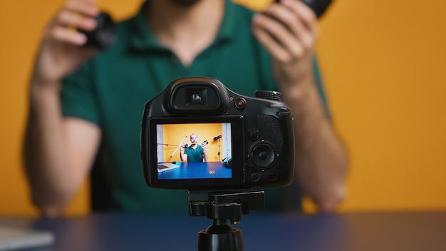 온라인 브이로그용 카메라 렌즈에 대해 이야기하는 콘텐츠 제작자. 카메라 렌즈 기술 디지털 녹화 소셜 미디어 인플루언서 콘텐츠 제작자, 팟캐스트, 브이로깅 및 블로깅을 위한 전문 스튜디오