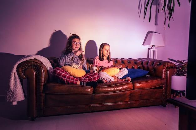 Содержание детей с собакой смотреть телевизор