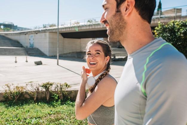 운동 후 커플 웃고 콘텐츠