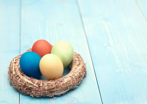 다채로운 수제 부활절 달걀의 내용