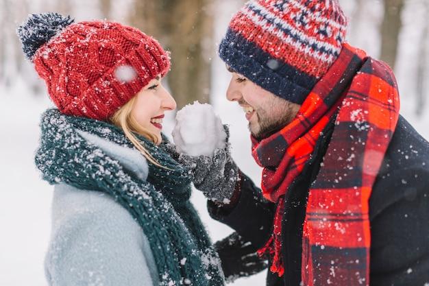 Контент игривая пара со снежками