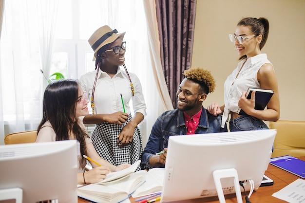 Контент студентов, которые общаются и работают
