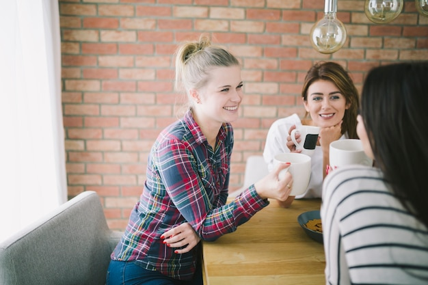 女性が紅茶でリラックスしている