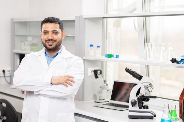 実験室でコンテンツの若いアラビアの科学者
