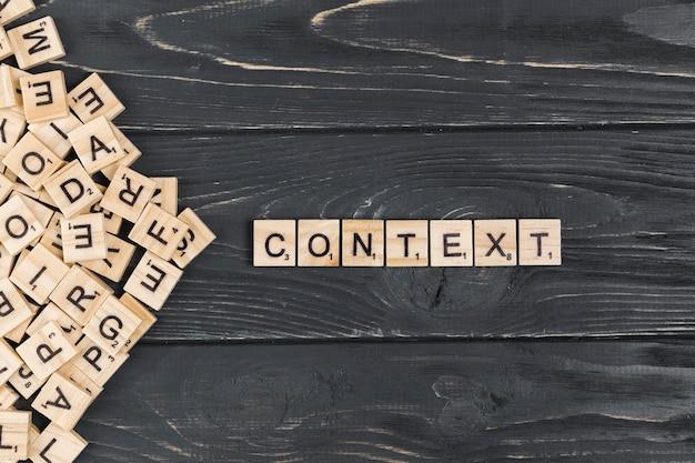 Контекстное слово на деревянном фоне